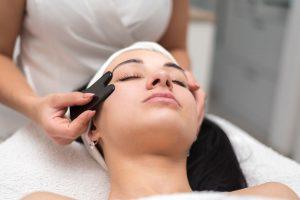 Kozmetické masáže priaznivo pôsobia na nervové zakončenie kože, zlepšuje prekrvenie kože, pôsobí proti dvojitej brade. Tlakom masírujúcich prstov sa odstraňujú mazové zátky a uvoľňujú sa vývody mazových a potných žliaz, pôsobí exfoliačne t.z., že z kožného povrchu sa mechanicky odstraňujú najstaršie rohové bunky. Masáž Gua Sha je jedným zo základných prvkov tradičnej čínskej medicíny. Masáž sa vykonáva po dráhach meridiánov človeka gua sha škrabkou,stimuluje sa odbúravanie toxínov z tela. Bankovaním sa vytvára jemný podtlak a účinky sú veľmi príjemné. Stimuluje krvný obeh, Rozhýbe lymfu, Pleť sa čistí, Podporuje tvorbu kolagénu, Napomáha séram a kozmeceutikám lepšie sa vstrebávať, Zjemňuje jemné linky, Má liftingové účinky, Posilňuje tvárové svalstvo, Pôsobí proti ochabovaniu svalstva, Odstraňuje hĺbkové toxíny
