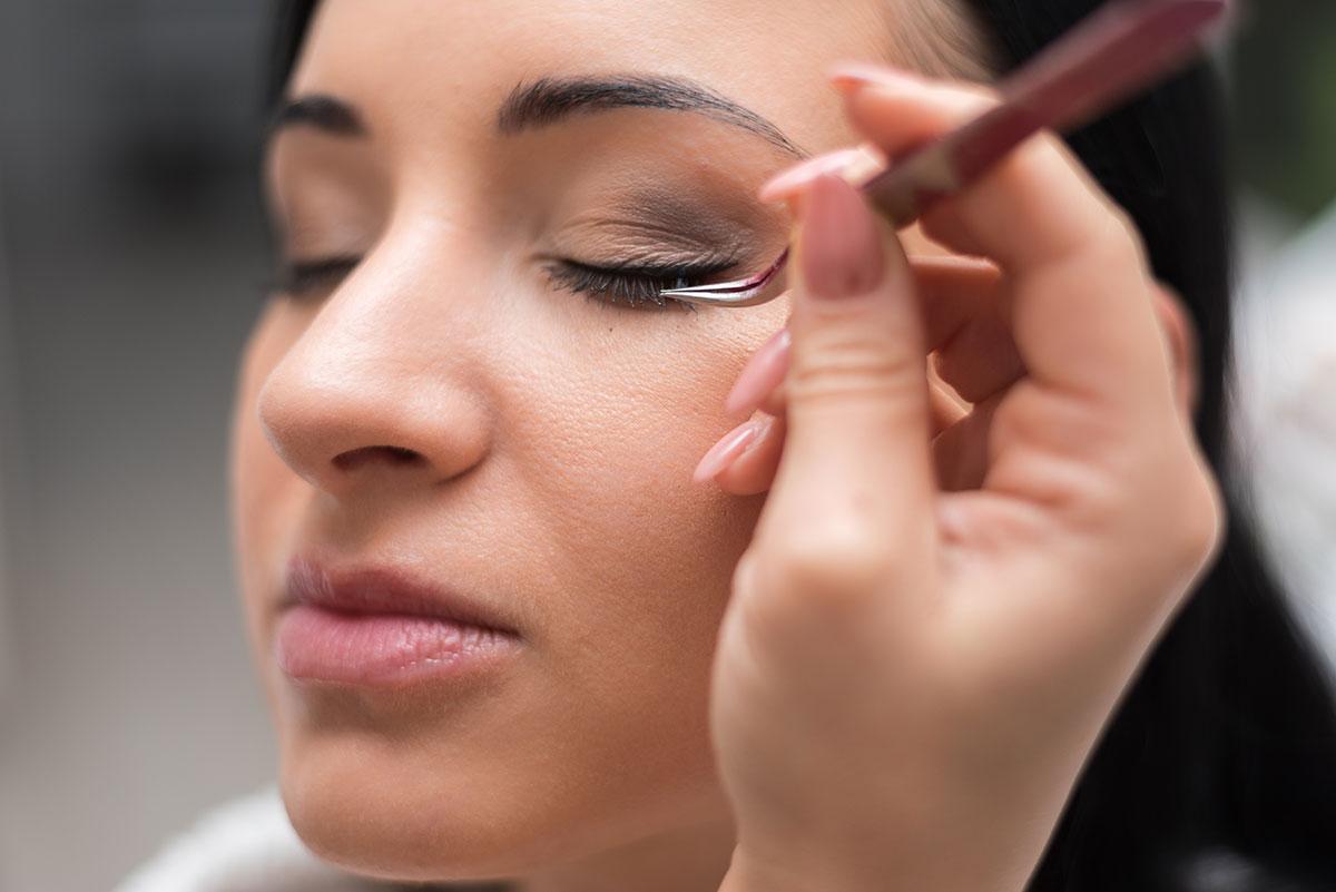 """OŠETRENIE MIHALNÍC TRVALÁ NA RIASY (LASH LIFT) Trvalá na riasy s keratínom krásne natočí Vaše riasy, opticky zväčší Vaše oči a dodá im výraz. Zároveň Vaše riasy vyživuje. Takto upravené riasy sú dostatočne výrazné aj bez použitia špirály. Trvalá vydrží na mihalniciach 3-4 týždne. Vďaka natáčkam štyroch rôznych veľkostí možno dosiahnuť dokonalého vytvarovania rias pre každú zákazníčku – bez ohľadu na dĺžku či tvar jej rias. TRVANIE OŠETRENIA 45 MIN Treba zabrániť kontaktu vody s očami 24 hodín po procedúre. KONTRAINDIKÁCIE OTVORENÉ RANY V OBLASTI OČNÉHO OKOLIA. NEPOUŽÍVAŤ V PRÍPADE PRECITLIVENOSTI ALEBO VZNIKU ALERGICKEJ REAKCIE NA PRODUKT. Farbenie OŠETRENIE MIHALNÍC FARBENIE MIHALNÍC Ak sú vaše mihalnice pekné, ale majú nevýrazný odtieň, pomôcť môže ich napustenie farbou značky Refectocil. Vaše riasy budú po ňom pekne čierne a teda aj opticky výraznejšie. Napustenie zväčša vydrží naozaj výrazné 3 až 5 týždňov. Mihalnice namaľované maskarou sú síce ešte výraznejšie, ak však nechcete strácať čas maľovaním alebo sa často pohybujete vo vlhkom prostredí, napustenie môže pre vás byť tým pravým. Hodia sa najmä svetlovláskam so svetlými očami. TRVANIE OŠETRENIA 20 MIN KONTRAINDIKÁCIE OTVORENÉ RANY V OBLASTI OČNÉHO OKOLIA. NEPOUŽÍVAŤ V PRÍPADE PRECITLIVENOSTI ALEBO VZNIKU ALERGICKEJ REAKCIE NA PRODUKT. Lepenie OŠETRENIE MIHALNÍC LEPENIE TRSOV A CELÝCH MIHALNIC Riasy renomovanej značky Ardell® vyzerajú ako prírodné. Lepím ich špeciálnym lepidlom. Máte na výber z rôznych sád umelých mihalníc. Trs umelých mihalníc je zväzok 8 až 9 individuálnych mihalníc spojených maličkým """"uzlíkom"""". Sú v rôznych dĺžkach, tzv. malé, stredné a dlhé trsy. Lepenie trsov a celých mihalnic je príležitostná záležitosť a pri líčení dosiahne najkrajší efekt. Určite budete s Vaším vzhľadom spokojná a Váš pohľad bude prenikavý a zvodný. TRVANIE OŠETRENIA 15-20 MIN KONTRAINDIKÁCIE OTVORENÉ RANY V OBLASTI OČNÉHO OKOLIA. NEPOUŽÍVAŤ V PRÍPADE PRECITLIVENOSTI ALEBO VZNIKU ALERGICKEJ REAKCIE NA PRODUKT."""